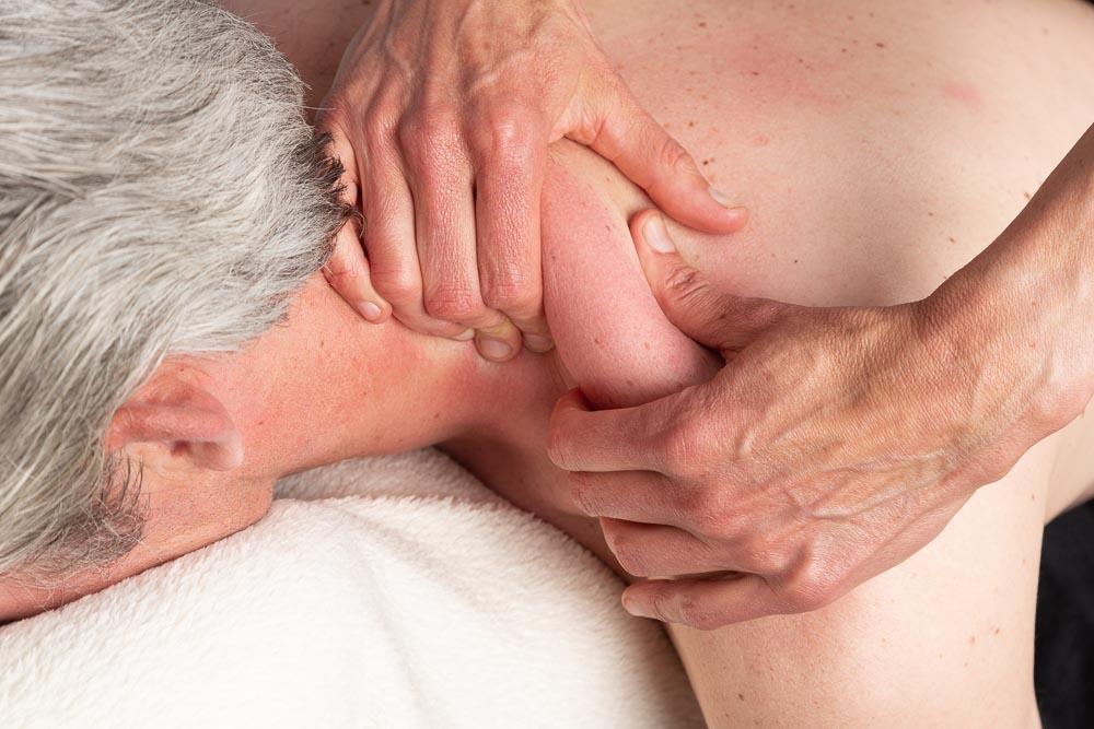 Behandeling van nekspieren door massage