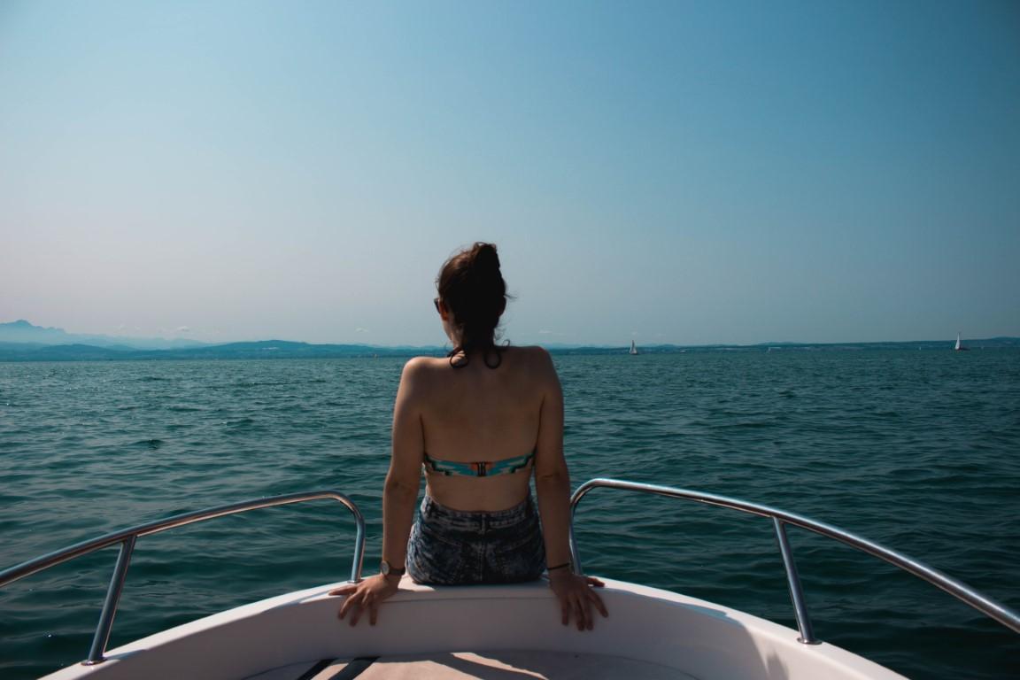 vrouw met blote rug op boot